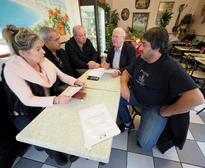 Une fermeture lourde pour Pascal Andriuzzi (au premier plan), selon Hubert Boivin, président des cafetiers des Alpes-Maritimes (cheveux blancs).