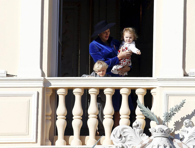 La princesse Charlène, complice avec ses enfants au moment du défilé.