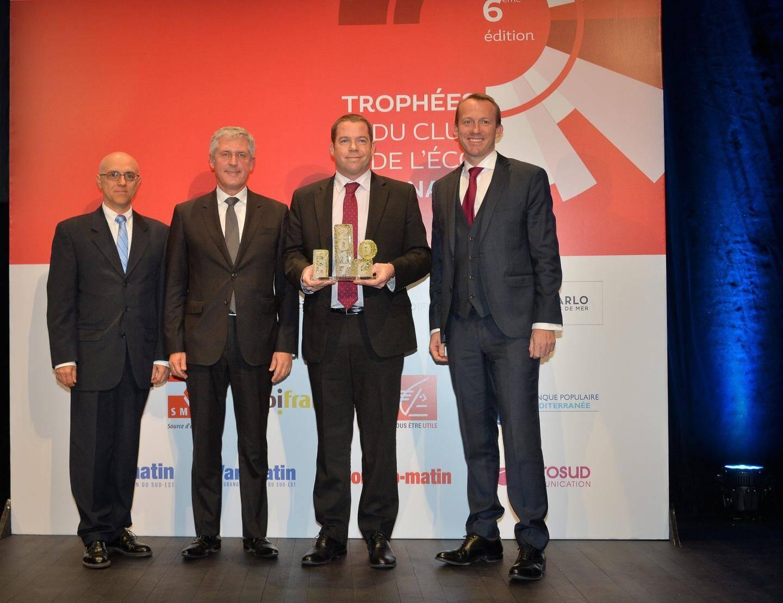 Elliot Gow, le président délégué de V-Ships, récompensé par Pierfranck Pelacchi (Smeg), Axel Hoppenot (SBM) et Olivier Maillard (Caisse d'Epargne Côte d'Azur).