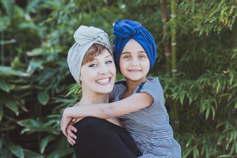 Julie Meunier et une enfant, portant une Franjynette.