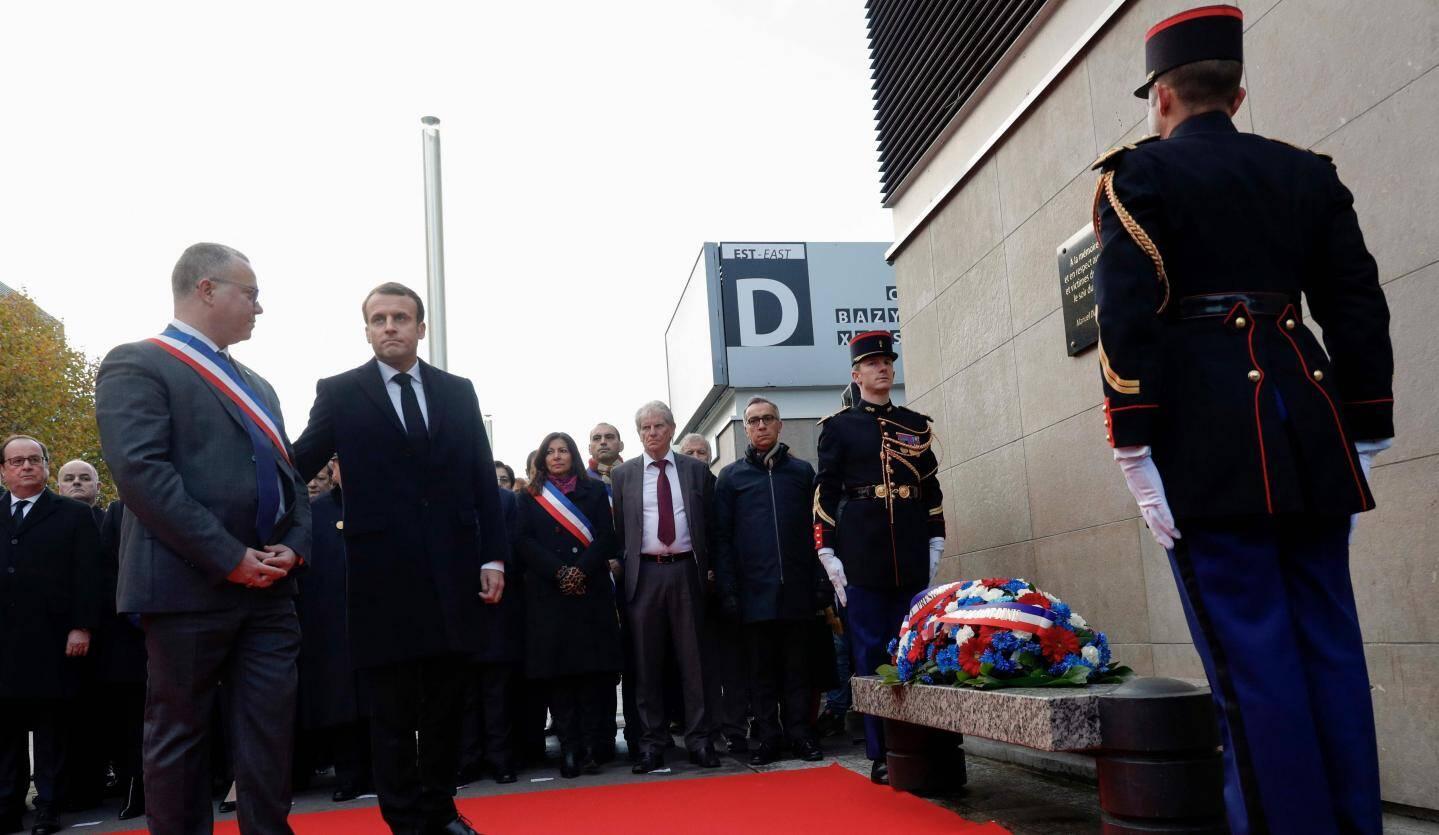 Emmanuel Macron et le maire de Saint-Denis Laurent Russier devant la plaque commémorative du Stade de France.
