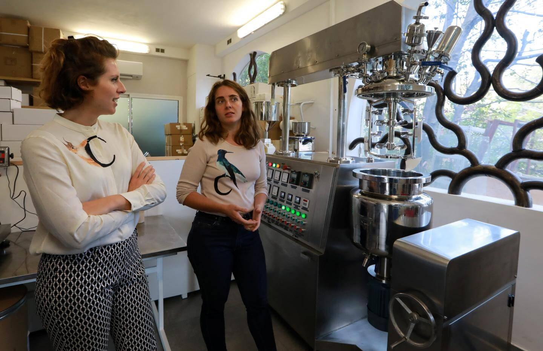 Juliette et Cécile dans le laboratoire, installé dans un ancien garage