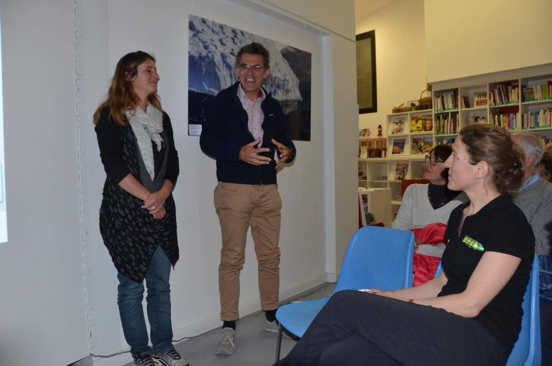 Alessandro Morbidelli présentant une conférence, l'an dernier dans la médiathèque de La Turbie, au côté de Arzu-Marie Pannizzi, responsable de la médiathèque.