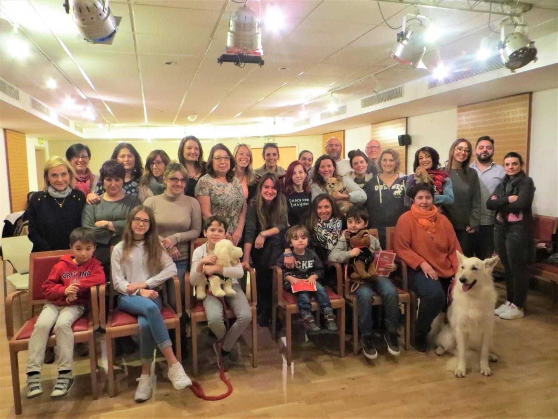Céna, Ambre, Maxence, Anton, Ruben et Clémence, qui ont entre 3 et 13 ans, sont venus soutenir les stagiaires pour l'atelier de terrain avec Lili, une magnifique berger blanc.
