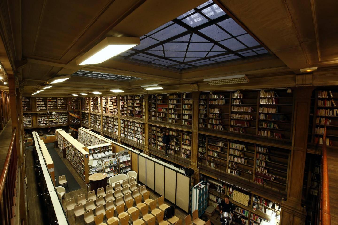 Science-fiction, histoire de l'art, sciences et techniques et livres rares se côtoient dans les allées de la bibliothèque centrale de Toulon. Un fonds précieux.