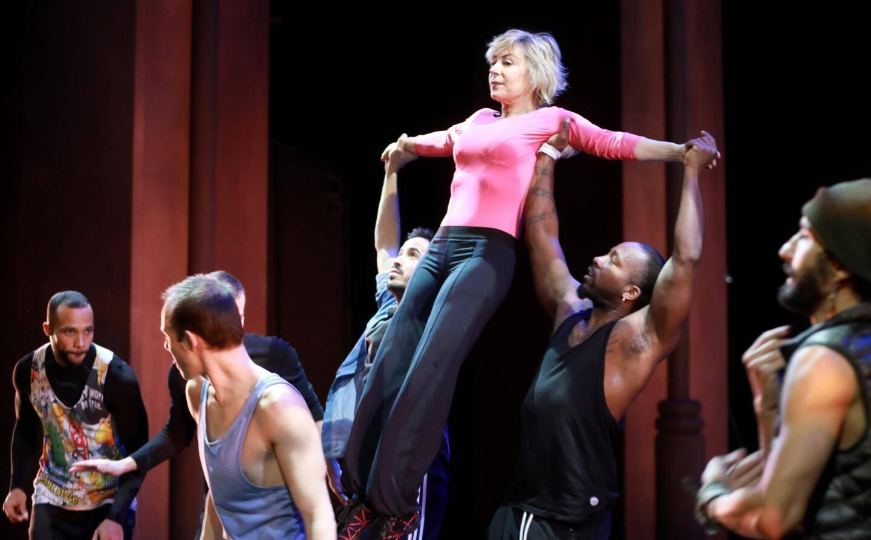 Lors des répétitions (sans les costumes): des danses spectaculaires propres  à la comédie musicale,  mais aussi modernes,  en référence au New York d'aujourd'hui.