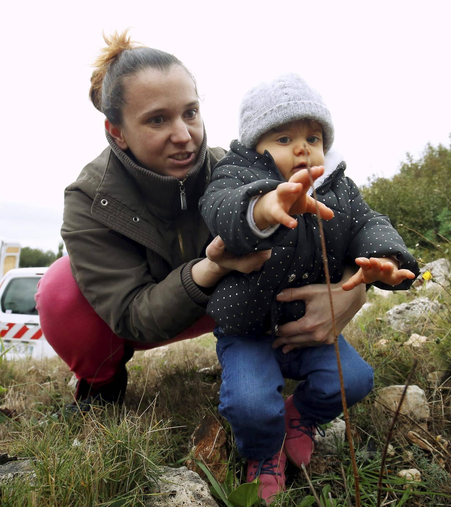 Venue avec son fils Maxence, 15 mois, Cindy, qui travaille au service de l'État civil et enregistre les naissances, a eu envie de participer à cette opération symbolique en plantant un chêne.