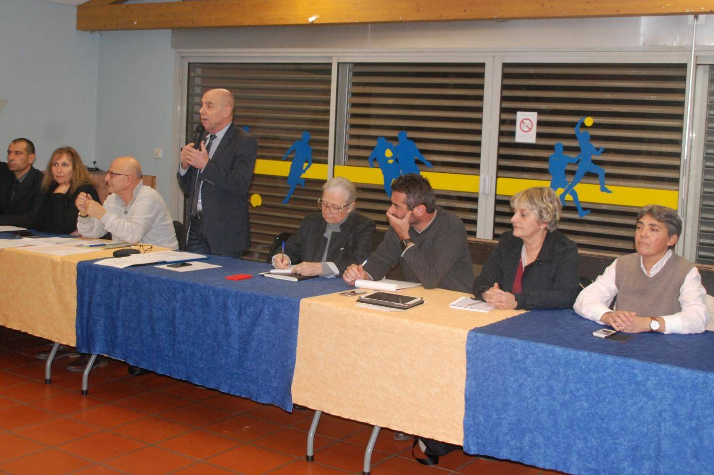 Le maire François Arizzi (au micro) et ses adjoints ont répondu aux questions des habitants de Maudroume et de la Verrerie.