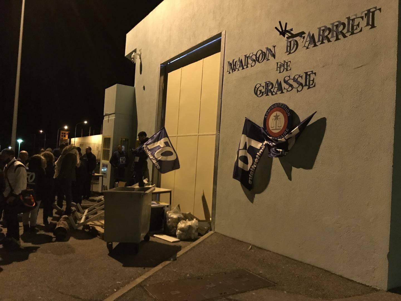 Une quarantaine de personnes se sont à nouveau réunies devant la maison d'arrêt de Grasse ce mardi.