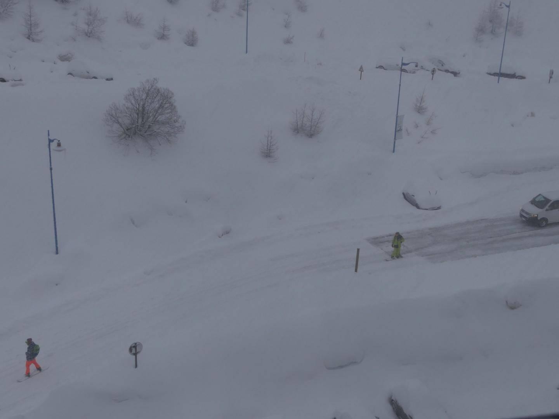 A Isola 2000, on pouvait faire du ski sur la route ce lundi.