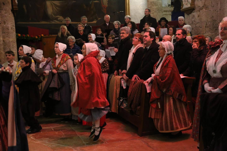 Une messe a été célébrée dans une église pleine de monde.