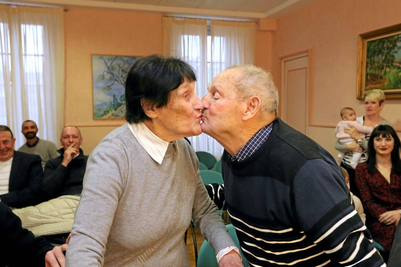 Un petit baiser après avoir décidé de «conserver» leur couple devant le maire.