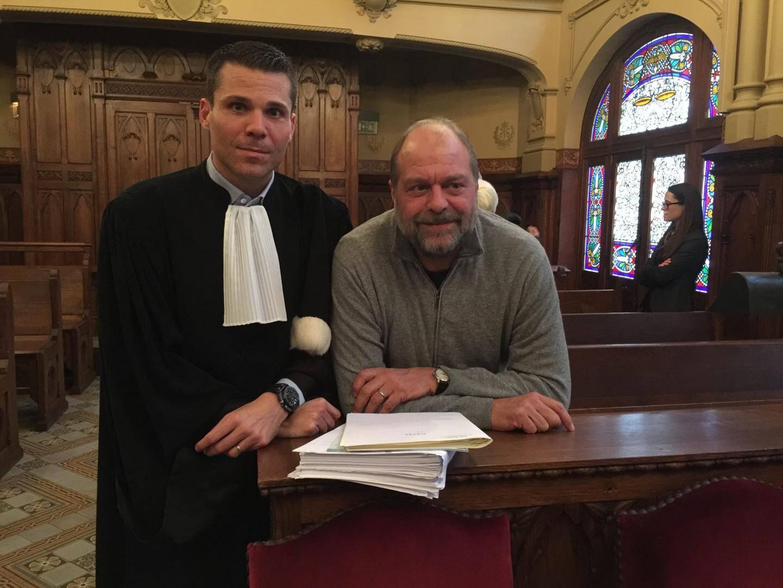 Les deux avocats de la défense profitent d'un instant de pause pour s'entendre sur leurs plaidoiries.