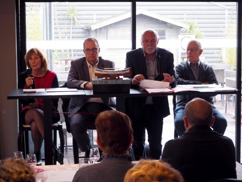 En présence de l'élu Denis Perrier (au centre), le bureau de l'association a présenté la réplique du pointu (au premier plan) qui va être offert à la ville Emmendingen.
