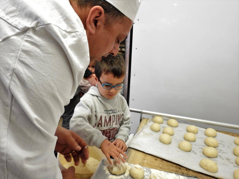Proche des fours (mais protégés par l'enfourneur) les enfants ont fariné les petits pains.
