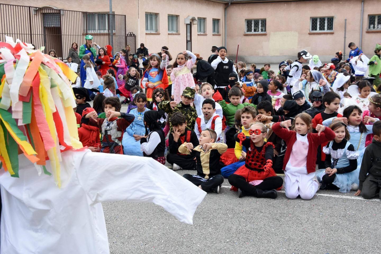 Le grand flash-mob chorégraphié par les enseignants a réuni tous les enfants de l'école élémentaire et les petits de la maternelle venus en spectateurs.