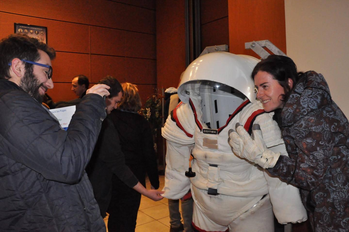 """Les visiteurs n'ont pas manqué de se photographier devant le scaphandre """"Gondolfi"""", mis au point pour la préparation des astronautes en milieu marin."""