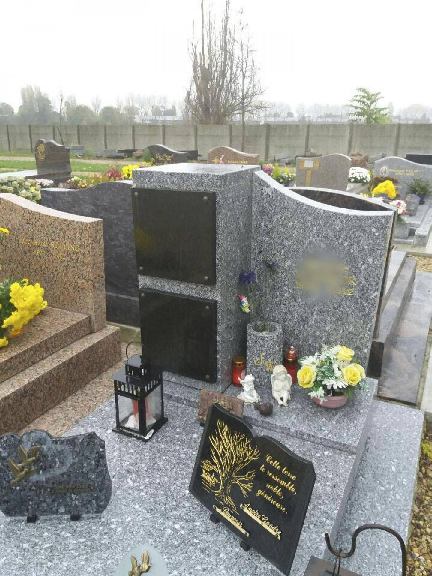 Les monuments funéraires mixtes permettent d'accueillir à la fois des urnes cinéraires (verticalement) et des cercueils (sous la dalle horizontale).  (DR)