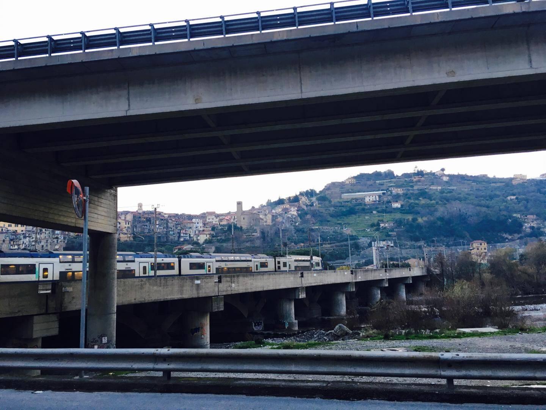 Le TER Paca et le pont.