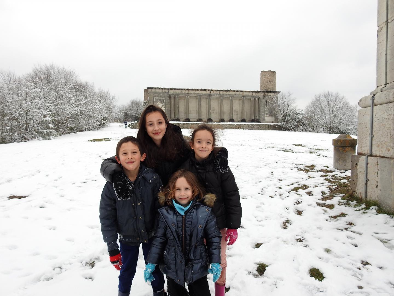 Luca, Jade, Inès et Clara ont joué avec la neige haute de 10 cm dans le jardin du Château de Valbelle.