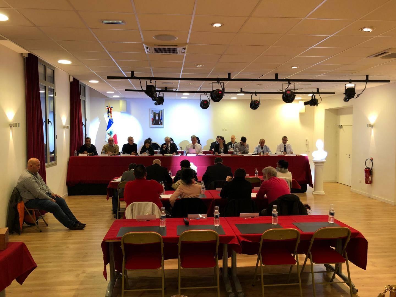 Le conseil municipal, dorénavant installé au Centre pour permettre l'accessibilité à tous, montre une dernière table vide : celle dédiée à l'opposition.