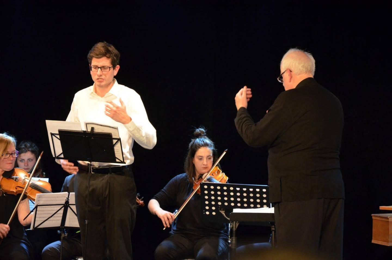 Matthieu Peyrègne, interprétant avec émotion les extraits de Stabat Mater.