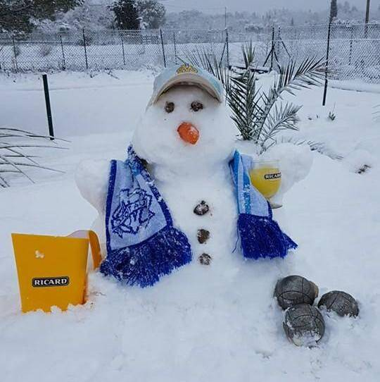 Un bonhomme de neige prêt pour lapéro.