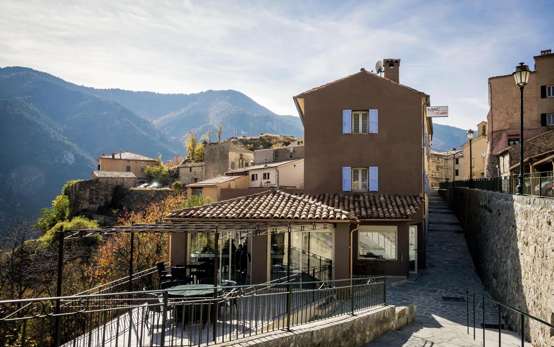 L'auberge communale accueillant le café et les chambres d'hôtes du futur village-hôtel.