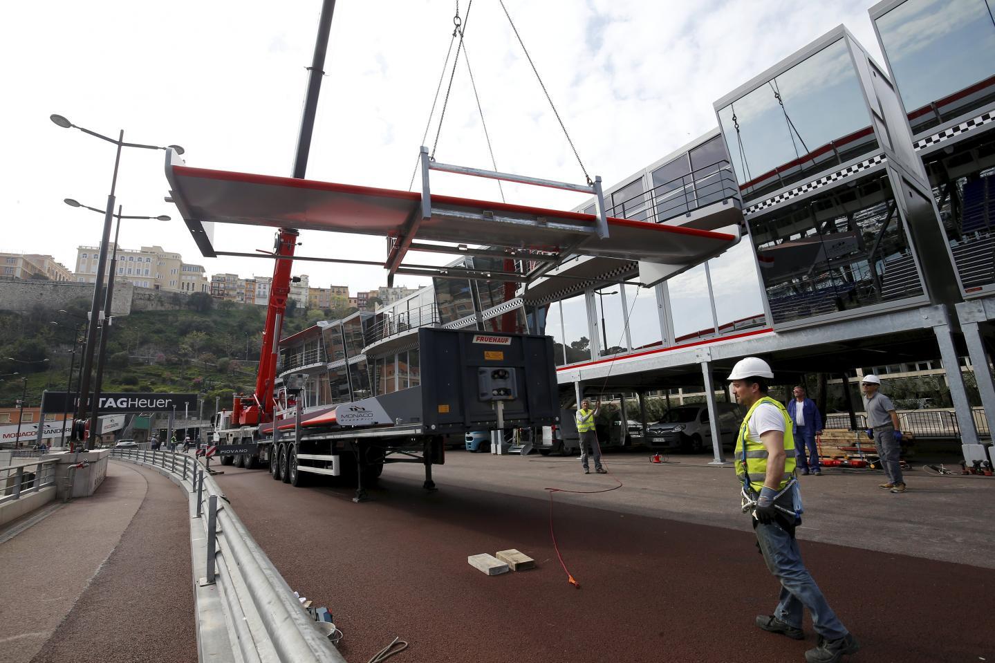 Des ailerons rouges sont installés au dessus des stands.