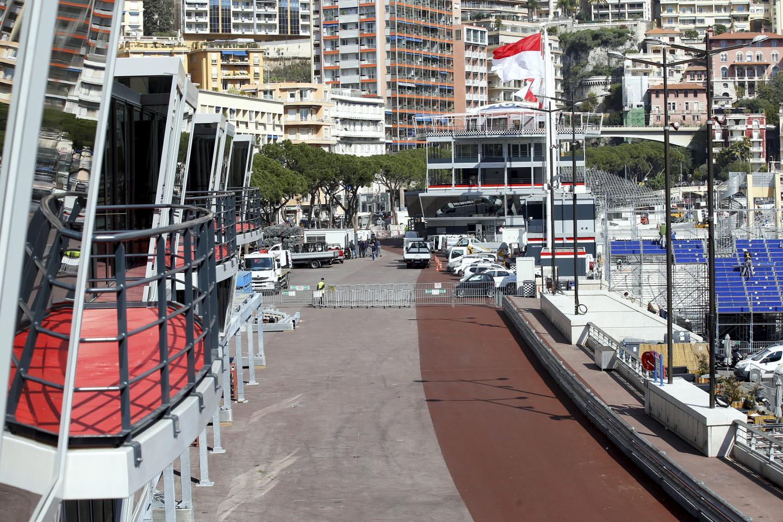 Des stands au look identique à la direction de course, en gris et rouge, métal et effet miroir.