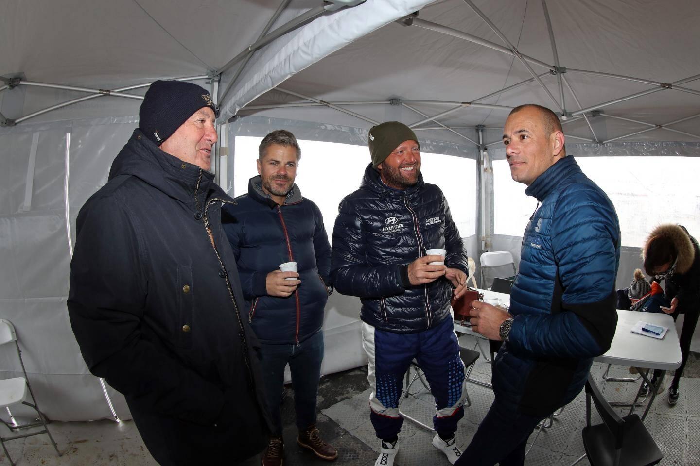 Pause café dans le paddock pour le pilote maximois (2e à droite) avec son père Michel (à gauche), Adrien Follin et son boss Stéphane Sarrazin (à droite).