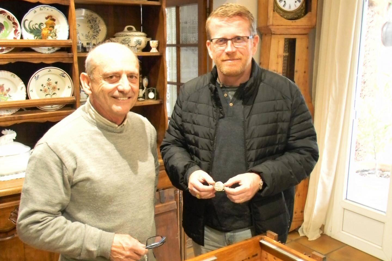 Alain Fine (à gauche) a découvert, avec son frère Marc, la plaque d'identification, en 1970. David Bertrem (à droite) est venu récupérer le souvenir de son grand-père.