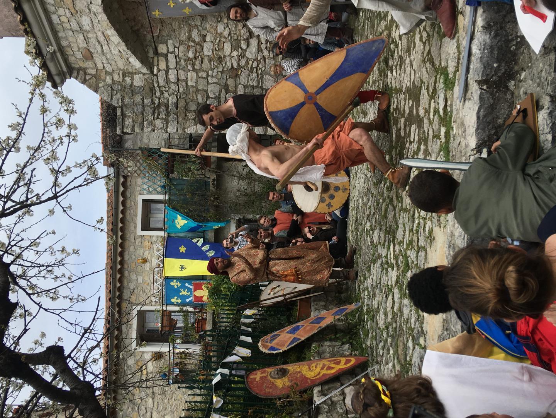 Les Seigneurs d'orient, installés sur la place des Pénitents, dans la montée du château, ont reconstitué un adoubement et un tournoi.