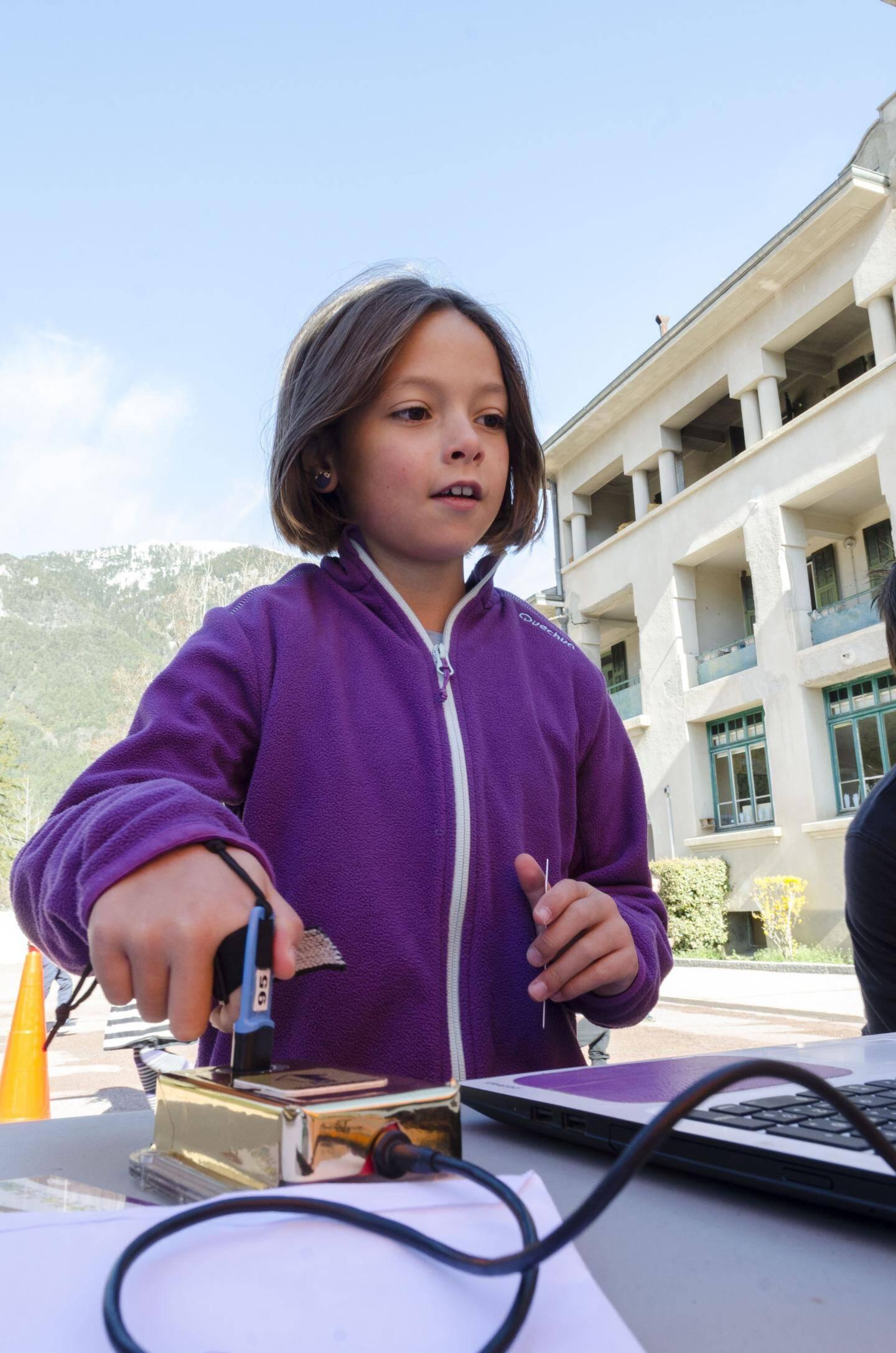 Le dispositif électronique permettant aux enfants d'évaluer leurs résultats, développant ainsi, leur autonomie et leur confiance en soi.