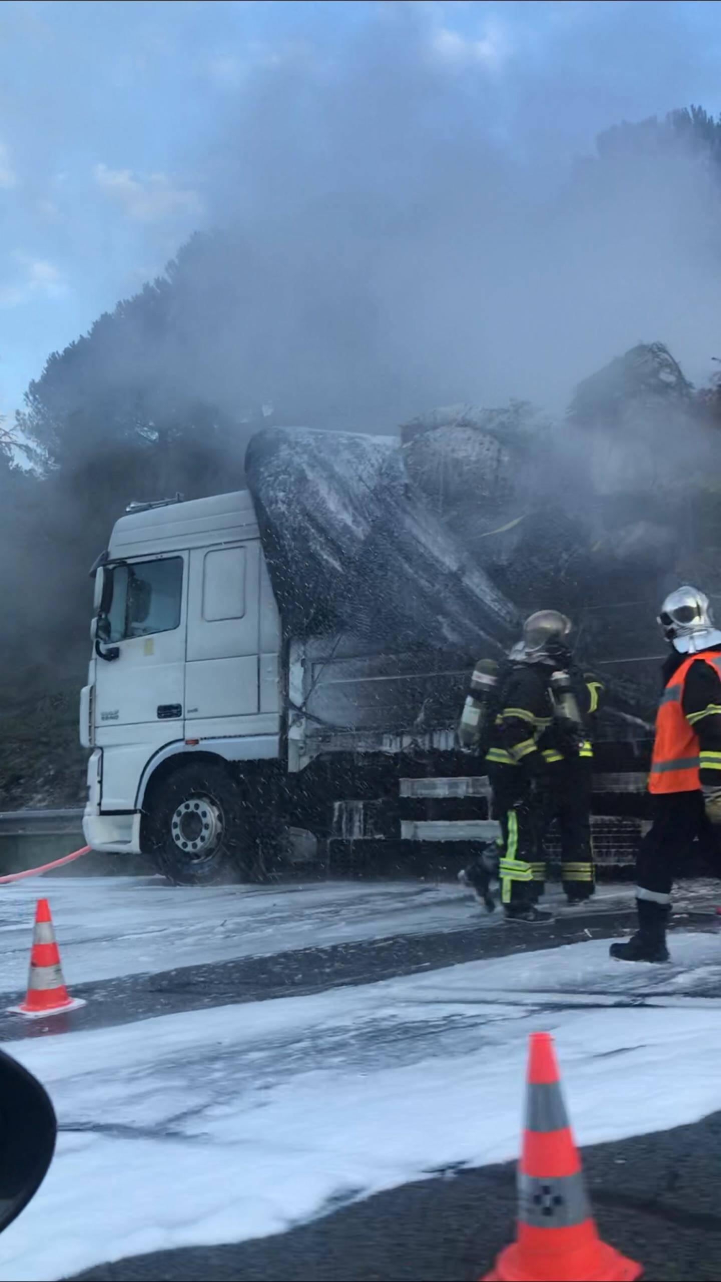 Un camion en feu sur l'A8.