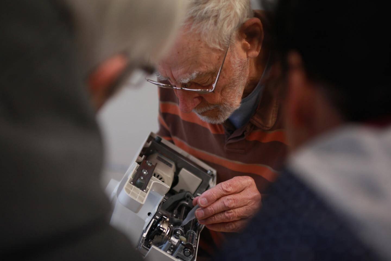 """Pour Jean, qui est en train de réparer la machine à coudre de Michelle, """"une panne est faite pour être réparée""""."""