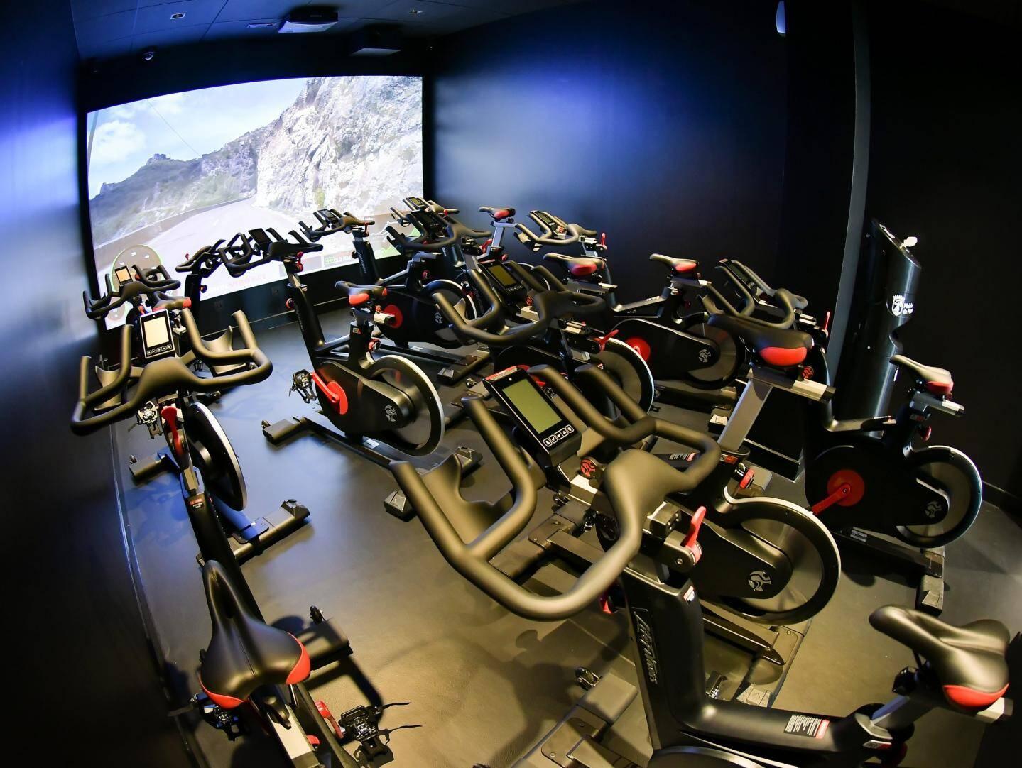 Dans cette salle, les sportifs peuvent transpirer en se donnant l'impression de dévorer l'asphalte. Plus distrayant que le traditionnel miroir !