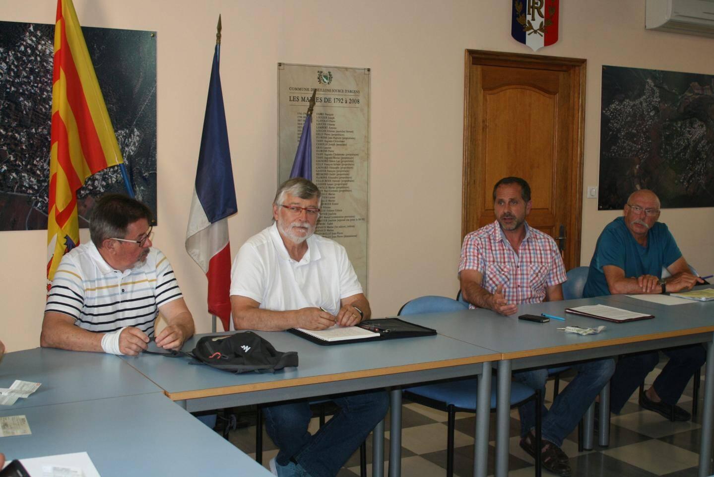 Le nouveau président de l'amicale du CCFF à la droite du maire.
