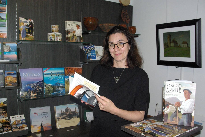L'une des deux femmes à l'origine de l'événement : Hélène Bonafous, conservatrice de la villa les Camélias, ici au milieu des livres de la librairie « locale » du musée