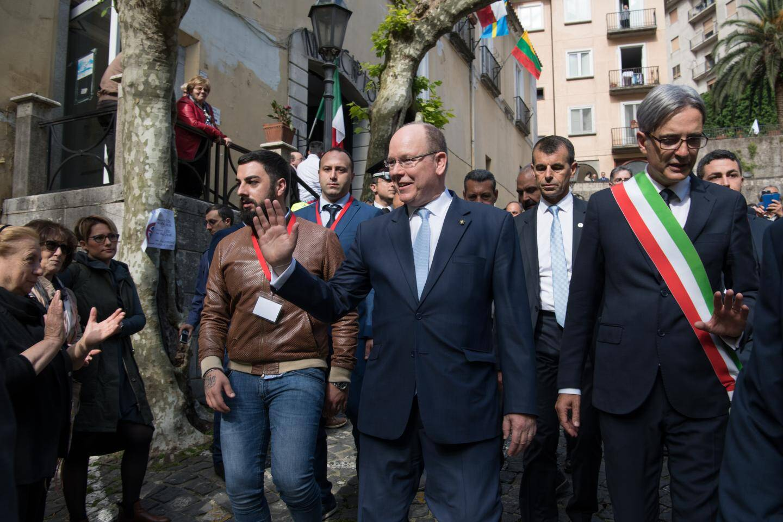 À Naples, le prince a reçu un diplôme honoris causa de l'université pour son engagement dans la lutte contre les changements climatiques.