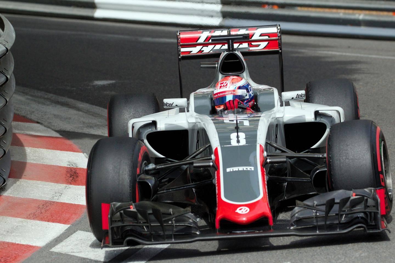 Un casque que le pilote a porté à Monaco, dans sa monoplace aux couleurs de Haas.