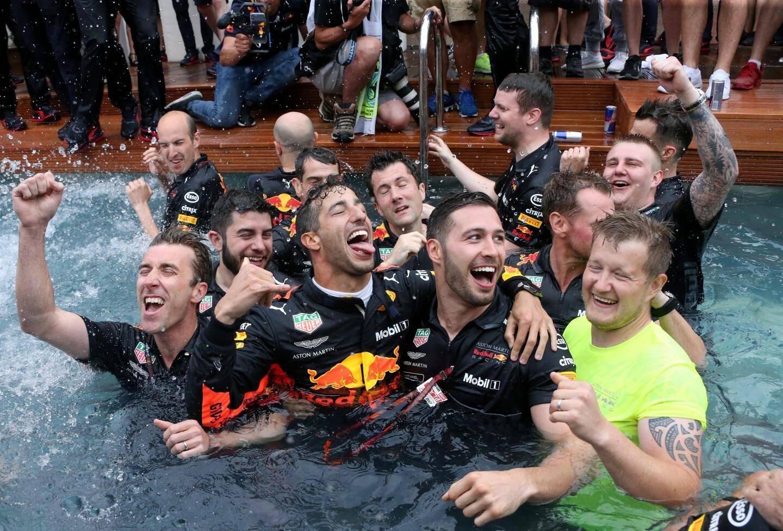 L'équipe Redbull exulte sur sa barge après la victoire de Ricciardo.