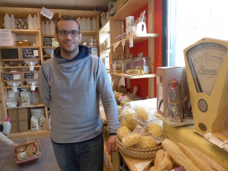 Voilà Thomas Franchi, co-gérant de l'épicerie Boomerang et fier Mouansois