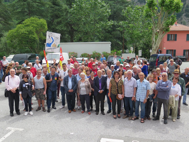Les manifestants et élus sur la place de la gare, hier matin.