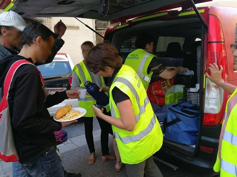L'équipe bénévole de l'association Solidarité 83 a organisé sa première sortie dans les rues du centre-ville toulonnais avec le fourgon remis par l'association Le Lien 83.