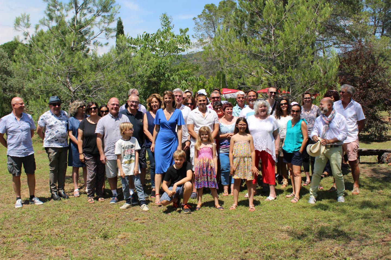 Ambiance décontractée, samedi à La Lieutenante, pour une cinquantaine de membres et sympathisants de l'association Fréjus 2020, présidée par Angélique Fernandes-Thomann (en bleu au centre). (DR)