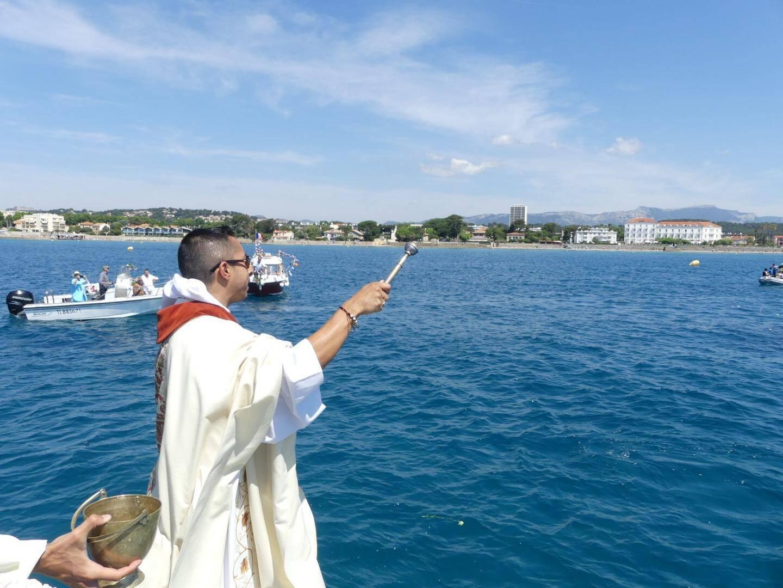 Le prêtre John Moreno Acevedo bénissant les bateaux.