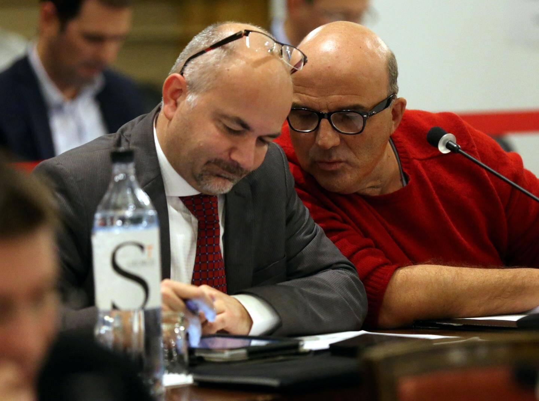 Philippe Briand et Claude Calvin côte à côté en conseil municipal.