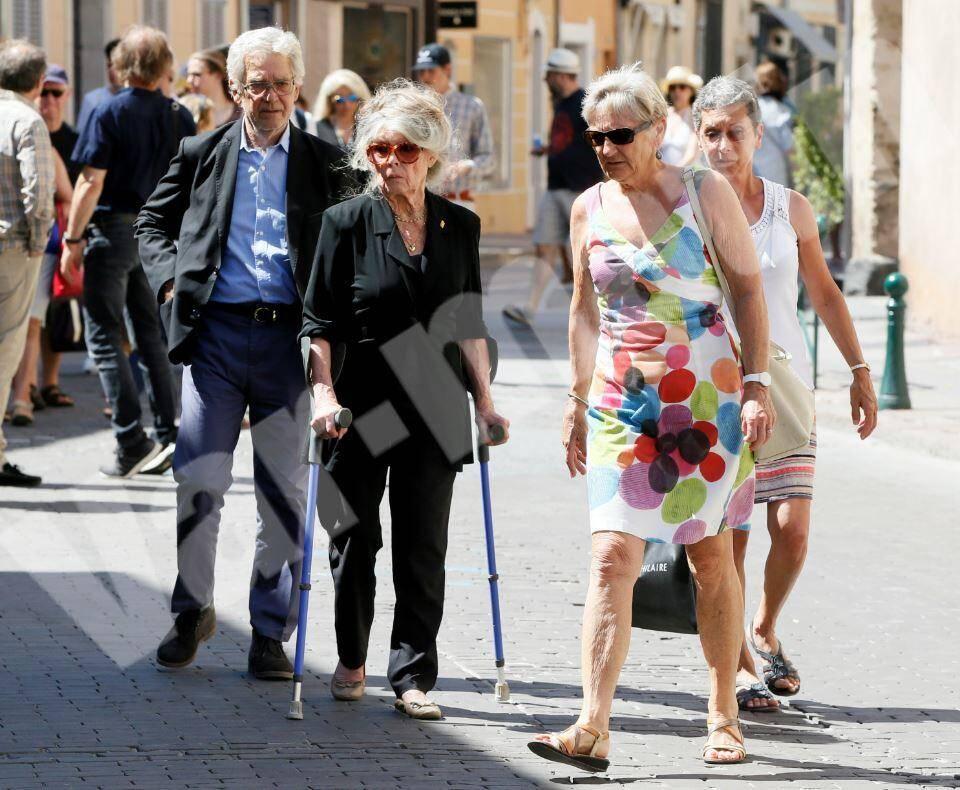Brigitte Bardot était au côté de son mari, Bernard d'Ormale, ce lundi après-midi à Saint-Tropez.