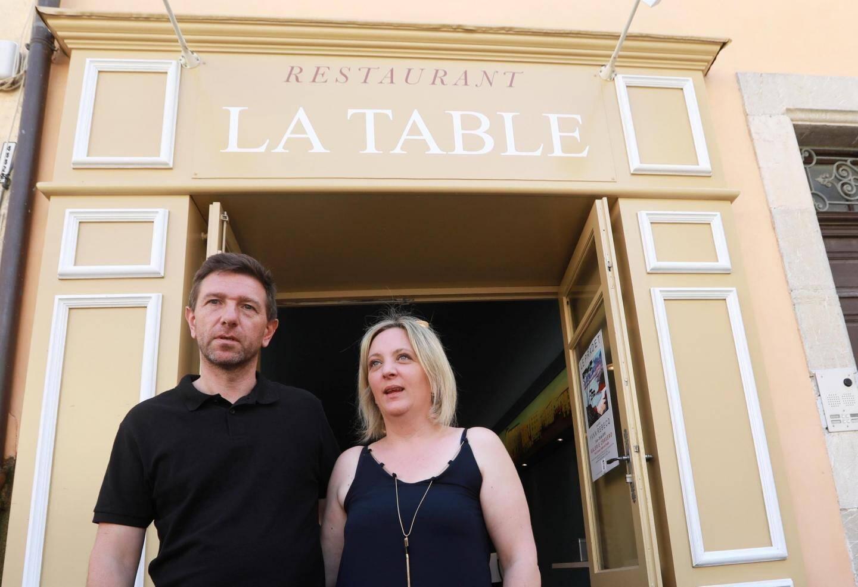 Vanessa et Stéphane devant leur restaurant La Table, sur la place Massillon.